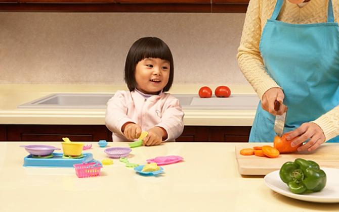 Hạn chế cho trẻ tiếp xúc với các đồ dùng, thiết bị nguy hiểm 1