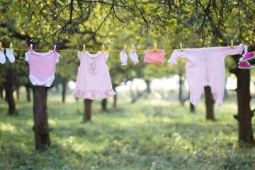 Vì sao không nên phơi quần áo trẻ con qua đêm?